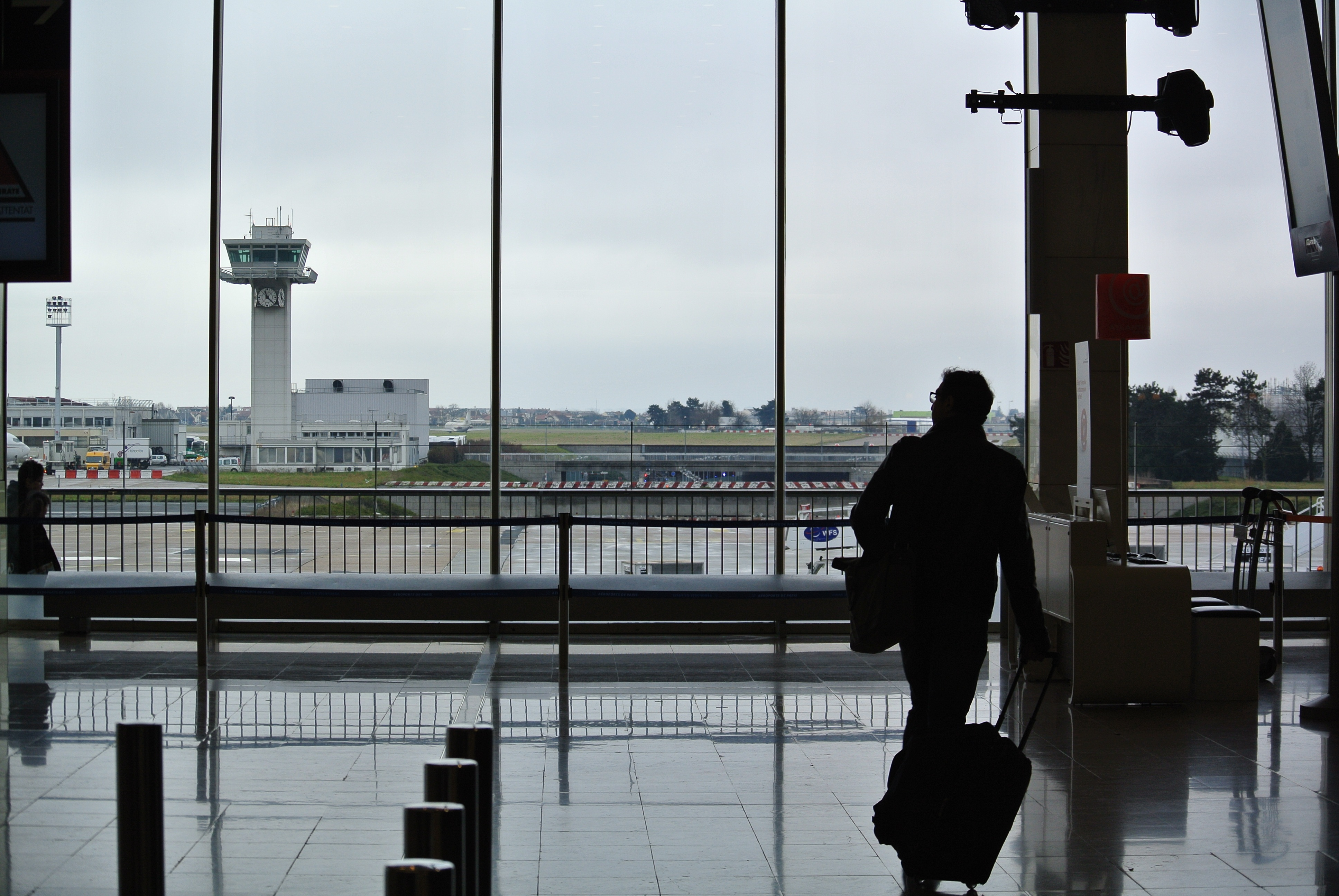 safety tips for traveling alone hired car service transportation to airport